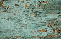 绿松石上色了在木纹理的破裂的油漆削皮 库存图片