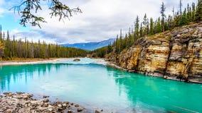 绿松石上色了Athabasca河的水 库存照片