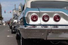 绿松石和白色经典汽车,背面图 库存照片