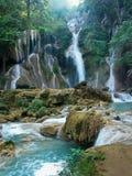 绿松石密林瀑布 免版税库存图片