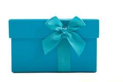 绿松石有一把装饰弓的礼物盒 库存图片
