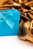 绿松石有典雅的金织品的礼物盒 免版税图库摄影