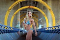 绿松石比基尼泳装的性感的健身女孩 图库摄影