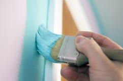 绿松石油漆应用与刷子 免版税库存照片