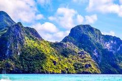 绿松石海、用密林和小山盖的海滩 El Nido巴拉望岛菲律宾 免版税图库摄影