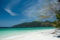 绿松石海和蓝天 免版税图库摄影
