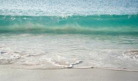 绿松石海波浪 库存照片