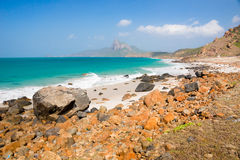 绿松石海白色非常美丽沙子和岩石下面的阳光 库存图片