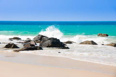 绿松石海白色非常美丽沙子和岩石下面的阳光 库存照片