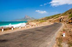 绿松石海白色非常美丽沙子和岩石下面的阳光 免版税库存照片