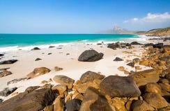 绿松石海白色非常美丽沙子和岩石下面的阳光 免版税图库摄影