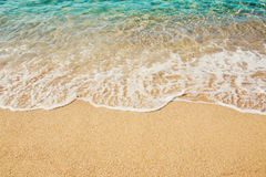 绿松石海背景软的波浪沙滩的 图库摄影