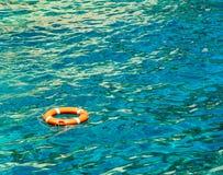 绿松石海表面上的Lifebuoy 库存照片