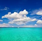 绿松石海水和多云蓝天。天堂海岛 库存图片