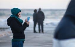 绿松石的女孩键入在电话的 免版税库存照片
