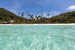 从绿松石的看法浇灌对在Pulau Redang的海滩 免版税库存照片