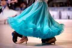 绿松石礼服女性舞蹈家 免版税库存照片