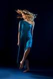 绿松石褂子的年轻女性舞蹈家 图库摄影