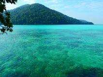 绿松石水在素林海岛泰国 图库摄影