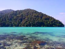 绿松石水在素林海岛泰国 免版税库存照片