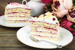 松糕片断用莓果和奶油 免版税库存图片