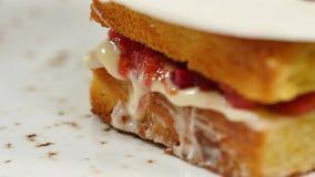 松糕用草莓、果酱和打好的奶油与一个被删去的片断,特写镜头 影视素材
