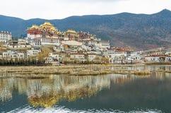 松赞林寺是云南的最大的藏传佛教修道院 免版税库存照片