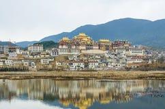 松赞林寺是云南的最大的藏传佛教修道院 免版税库存图片