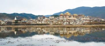 松赞林寺是云南的最大的藏传佛教修道院 图库摄影