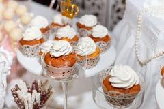 松饼在一张欢乐桌上的蛋糕纤巧 库存图片