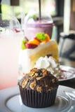 松饼在桌上的杯形蛋糕点心 免版税库存图片