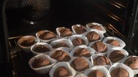 松饼在烤箱被做 烹调在烤箱的巧克力kakpeyki 逐步 影视素材