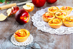 松饼用玫瑰形状的苹果 免版税库存照片