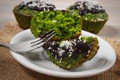 松饼用菠菜、被脱水的椰子和巧克力釉,可口健康点心 库存图片