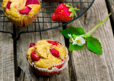 松饼用麸皮和草莓 图库摄影