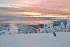 松鸡山在日落的滑雪小山 免版税库存照片