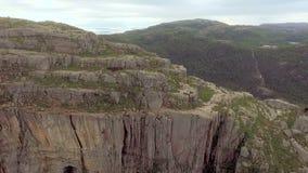 松鸡爱本质歌曲通配木头 挪威 航测 惊人的山风景 巨型的峭壁 股票视频