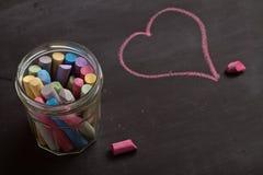 黑板、白垩和心脏形状图画 免版税库存照片