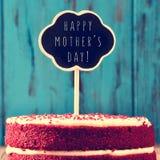 黑板与在蛋糕的文本愉快的母亲节 库存图片