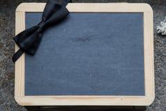 黑板剪报框架查出的路径空白木 免版税库存照片