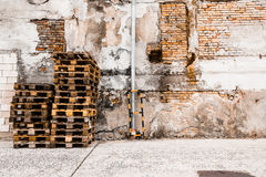 板台堆在墙壁前的砖 免版税库存图片