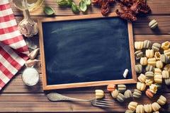黑板和意大利食品成分 库存照片
