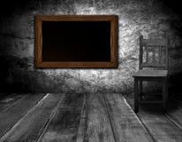 黑板和椅子在内部屋子里 库存图片