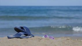板岩在海滩的沙子说谎 免版税图库摄影