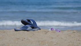 板岩在海滩的沙子说谎 免版税库存图片