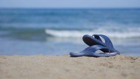 板岩在海滩的沙子说谎 免版税库存照片