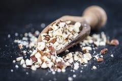 板岩平板用剁碎的榛子 免版税库存照片