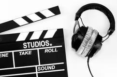 板岩影片和耳机白色backgroun 免版税库存图片