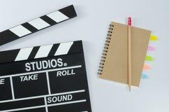 板岩影片和铅笔笔记本白色背景 免版税库存照片
