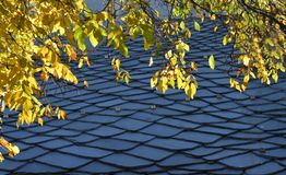 板岩石屋顶,传统高山建筑学 库存照片